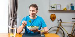 Čovek jede salatu