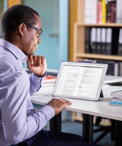 Um homem lê a Bíblia on-line