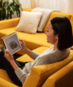 Žena se na stránkách jw.org dívá na video Proč studovat Bibli?