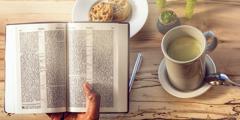 خانمی مشغول خواندن کتاب مقدّس