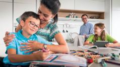 Unos padres pasando tiempo con su hijo e hija