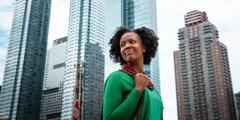 Una mujer feliz en una gran ciudad