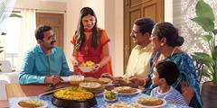 Een gezin ontvangt thuis gasten.