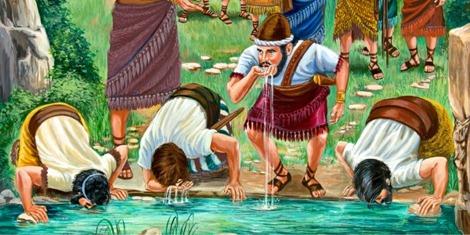 Los soldados de Gedeón beben agua mientras miran a su alrededor
