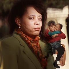 Seorang ibu mengenang saat ia memeluk anaknya