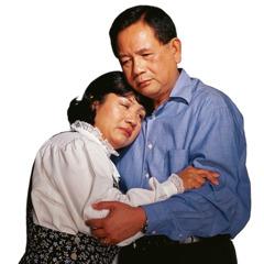 Sepasang suami istri berpelukan karena berduka