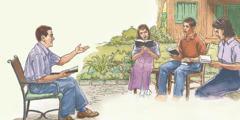Družina skupaj bere Sveto pismo.