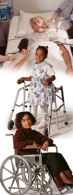 Egy beteg férfi a kórházi ágyon; egy kislány járókerettel; egy nő kerekes székben