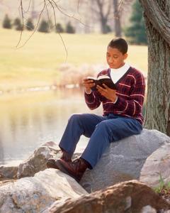 Un tânăr citește din Biblie