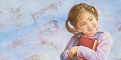 एक लड़की बाइबल पकड़ी है और खुश है