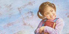 Ein Mädchen hält glücklich eine Bibel in der Hand