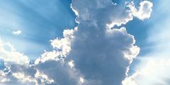 Helder, krachtig zonlicht achter wolken