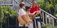 Twee christenen verkondigen het goede nieuws aan een vrouw bij haar huis