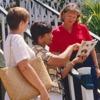 兩個基督徒上門探訪一個女子,向她傳講好消息