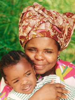 Una mujer abraza a su hijo