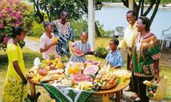 Algunas personas disfrutando de una comida en el Paraíso