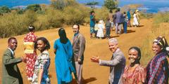 Orang-orang dari berbagai bangsa melewati sebuah jalan
