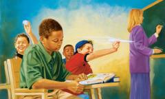 صبي يركِّز في الصف فيما يتصرف رفاقه بقلة تهذيب