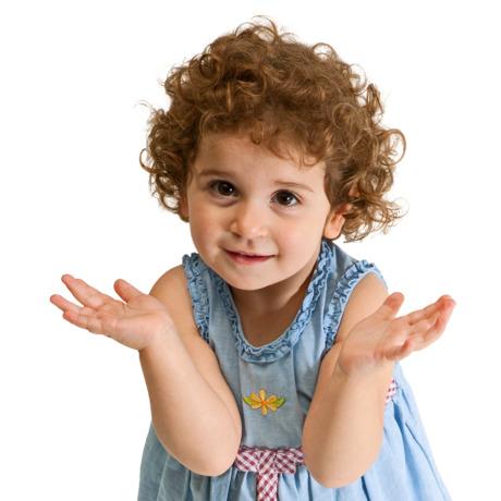 一個小女孩仰着頭問問題