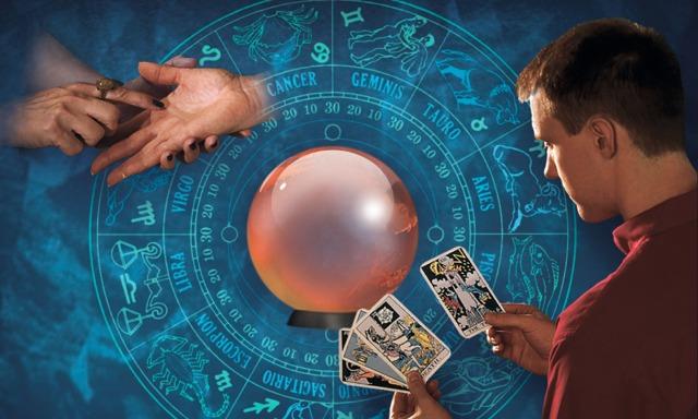 1) Uma tabela de astrologia; 2) Uma pessoa examinando a palma da mão de uma mulher; 3) Um homem usando cartas de tarô; 4) Uma bola de cristal