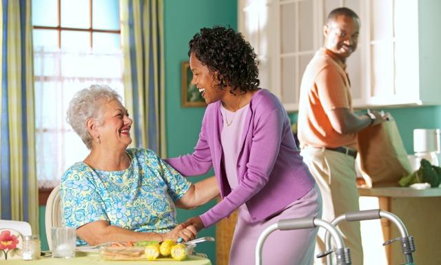 Um casal cristão ajudando uma amiga idosa incapacitada