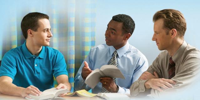 Doi Martori ai lui Iehova studiază Biblia cu un bărbat