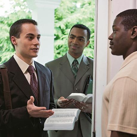 Un Martor al lui Iehova împreună cu elevul său îi depun mărturie despre vestea bună unui bărbat