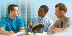 Двое Свидетелей Иеговы изучают Библию с мужчиной