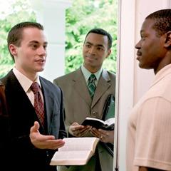 Изучающий Библию вместе с тем, кто его обучает, во время служения делится благой вестью с мужчиной