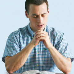 تلميذ للكتاب المقدس ينذر نفسه لله في الصلاة