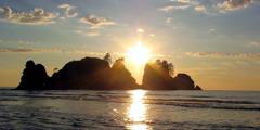 Csodálatos naplemente egy kis sziget és az óceán felett