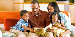 Отац проучава библијску литературу са својом породицом