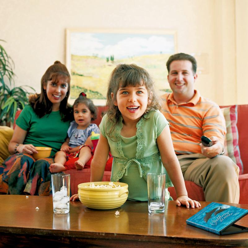 Una familia contenta viendo una película sana