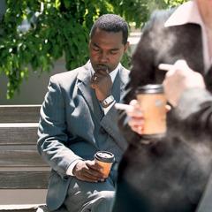 Տղամարդը աղոթում է, որպեսզի կարողանա դիմադրել ծխելու գայթակղությանը, երբ շրջապատում ծխում են
