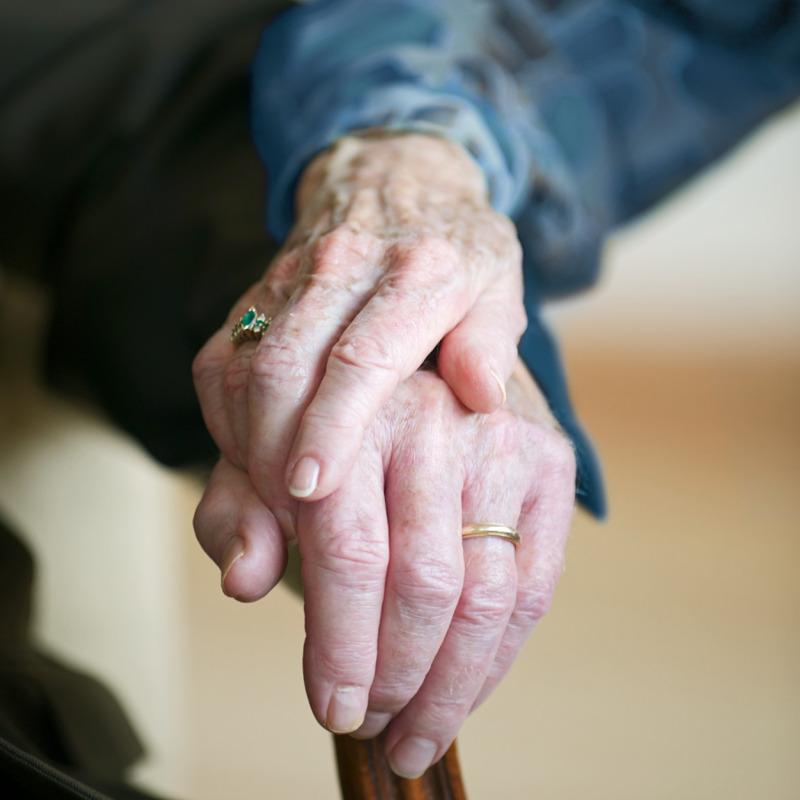 Un matrimonio mayor tomándose de la mano