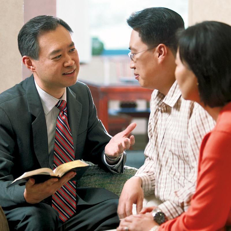 Un anciano cristiano dando consejo edificante a un matrimonio