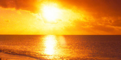 수평선에서 해가 비치고 있는 사진