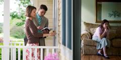 Ein Ehepaar geht von Haus zu Haus und klingelt an der Tür einer Frau, die gerade betet