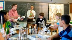 En gutt i tenårene forsvarer sin tro på en skapelse for klassen
