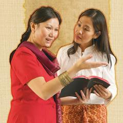 Chị Ny chia sẻ với chị Vân sự hướng dẫn từ cuốn kinh sách cổ