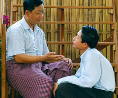 Một người cha nói chuyện với con trai