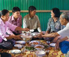 Một cặp vợ chồng lớn tuổi dùng bữa cùng các con đã trưởng thành