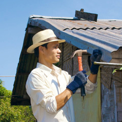 En mann bygger et hus