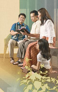 Buddhika les muestra textos bíblicos a Sanath, Vasana y la hija de ellos