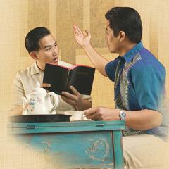 Buddhika le muestra textos bíblicos a Sanath