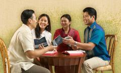 Linh Vu et Thao étudient la Bible avec Kien et Minh Hanh