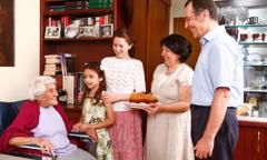 عائلة تجلب طعاما لامرأة مسنة
