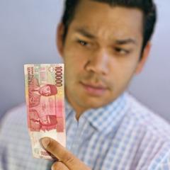 Мужчина смотрит на деньги