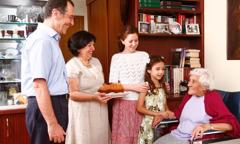 한 가족이 할머니에게 음식을 가져다주는 모습