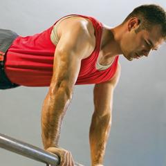 Мужчина укрепляет мышцы с помощью упражнений